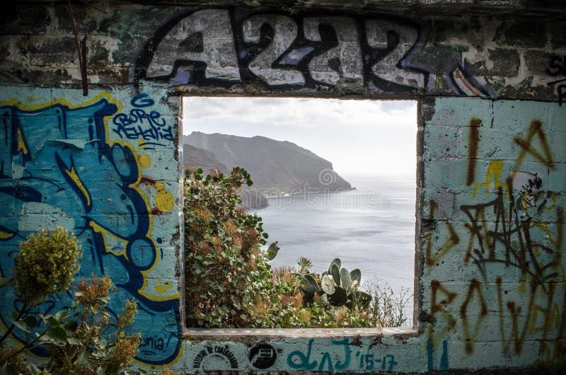 Взгляд скалистой береговой линии на Las Teresitas, Тенерифе, Канарских островах стоковое изображение rf