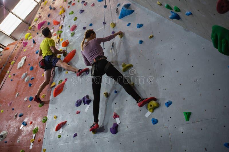 Взгляд скалолазания спортсменов в фитнес-клубе стоковое изображение
