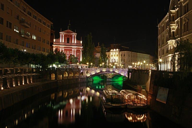 взгляд Словении ночи ljubljana города стоковые фото
