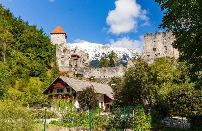 Взгляд Словения предпосылки горы старой крепости замка Kamen высокогорный стоковая фотография rf