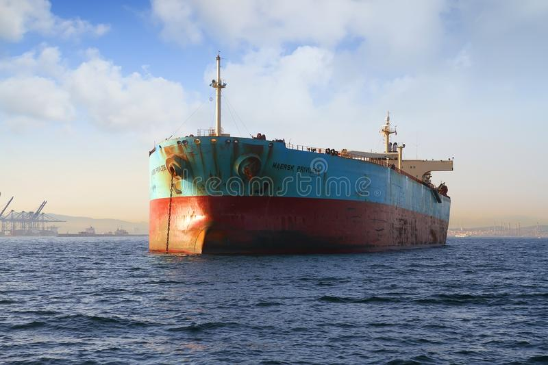 Взгляд смычка привилегии Maersk корабля судно-сухогруза поставленной на якорь в заливе Algeciras в Испании стоковые изображения