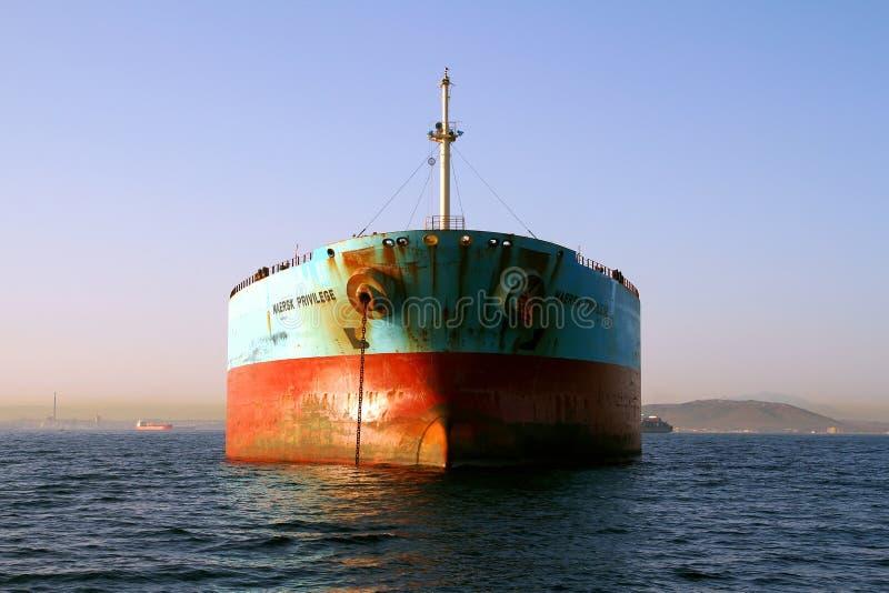 Взгляд смычка привилегии Maersk корабля судно-сухогруза поставленной на якорь в заливе Algeciras в Испании стоковые фотографии rf