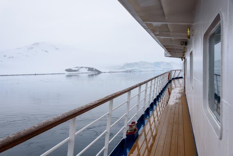 Взгляд снега покрыл бечевник от внешней стороны палубы туристического судна, Антарктики стоковая фотография rf