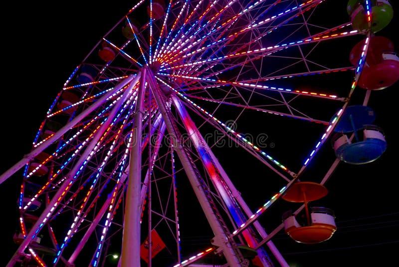Взгляд снизу большого колеса Ferris со светами вечером стоковая фотография rf