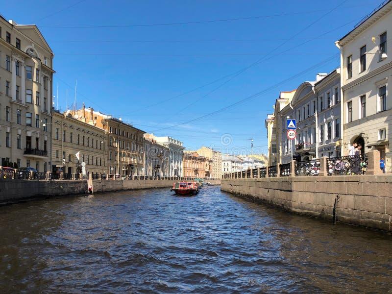 Взгляд собора Андрюа апостола Обваловка реки Moyka в Санкт-Петербурге, России стоковое изображение