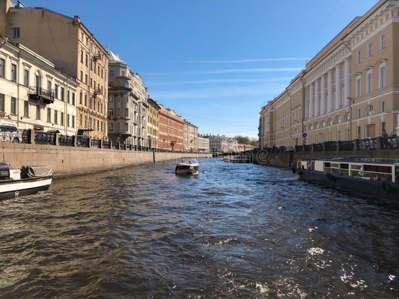 Взгляд собора Андрюа апостола Обваловка реки Moyka в Санкт-Петербурге, России стоковое фото rf