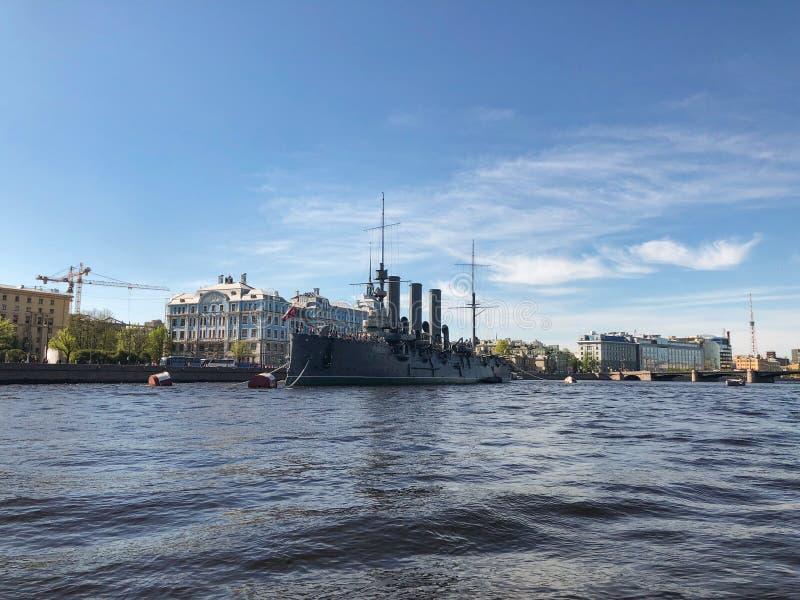 Взгляд собора Андрюа апостола Рассвет крейсера линкора, Санкт-Петербург, Россия стоковые изображения