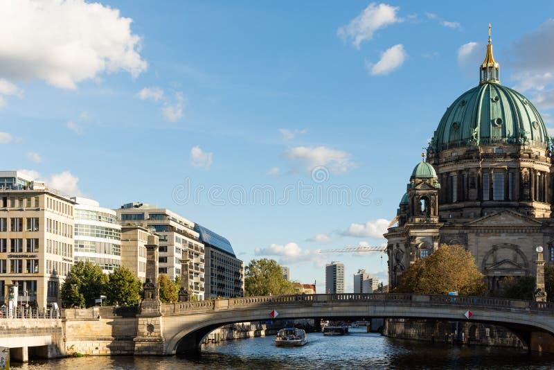 Взгляд собора Берлина и моста Friedrichs стоковое фото