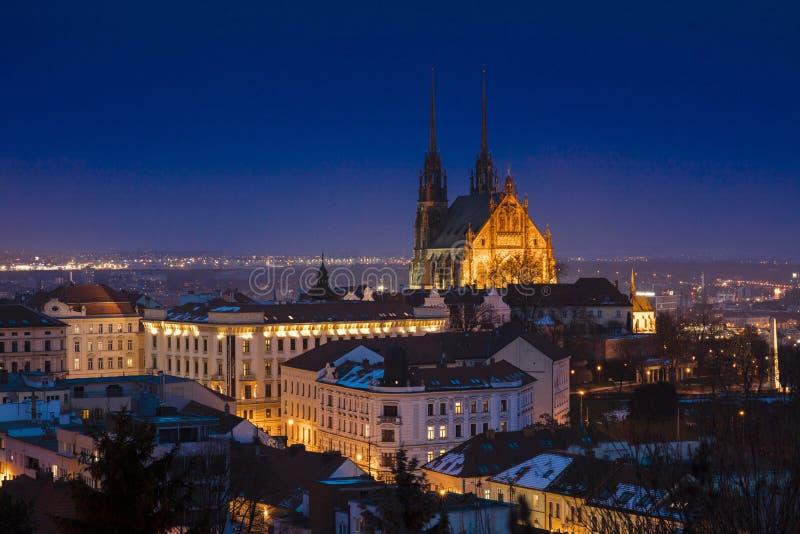 Взгляд собора Брна и горизонта на ноче, Брна, чеха Repub стоковое изображение