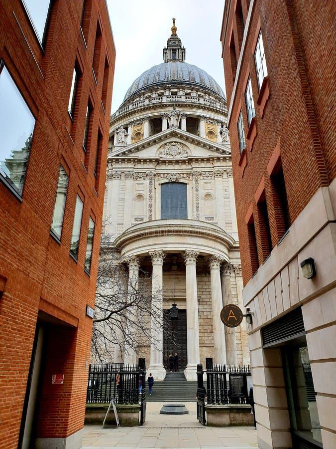 Взгляд собора St Paul захваченный на улице карамболя, Лондоне, Англии стоковое изображение rf