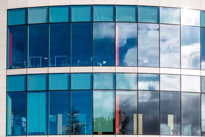 Взгляд солнечного дня окон офисного здания современного дела корпоративного в Нортгемптоне Англии Великобритании стоковая фотография