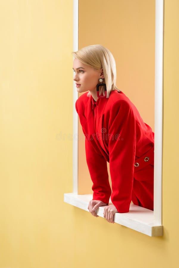 взгляд со стороны белокурой стильной женщины стоковые фотографии rf