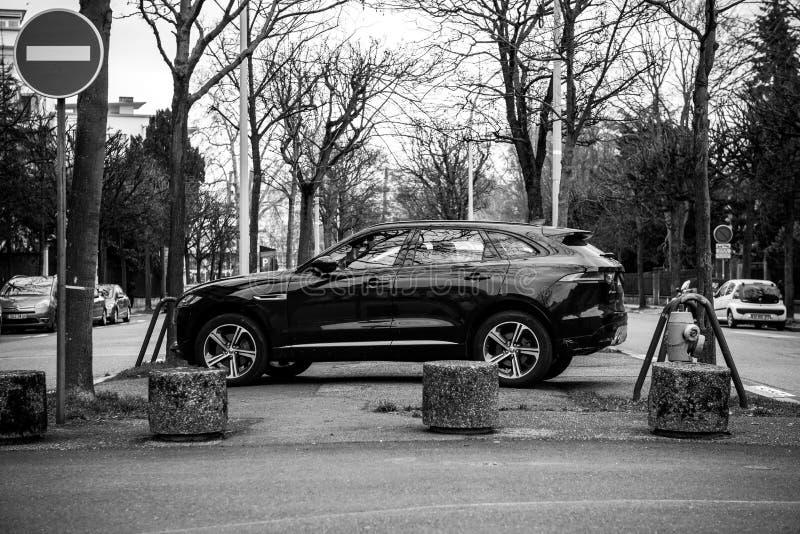 Взгляд со стороны виллиса роскошного ягуара X типа SUV черно-белого стоковые фото