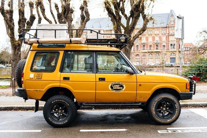 Взгляд со стороны винтажного нового желтого Land Rover стоковые изображения