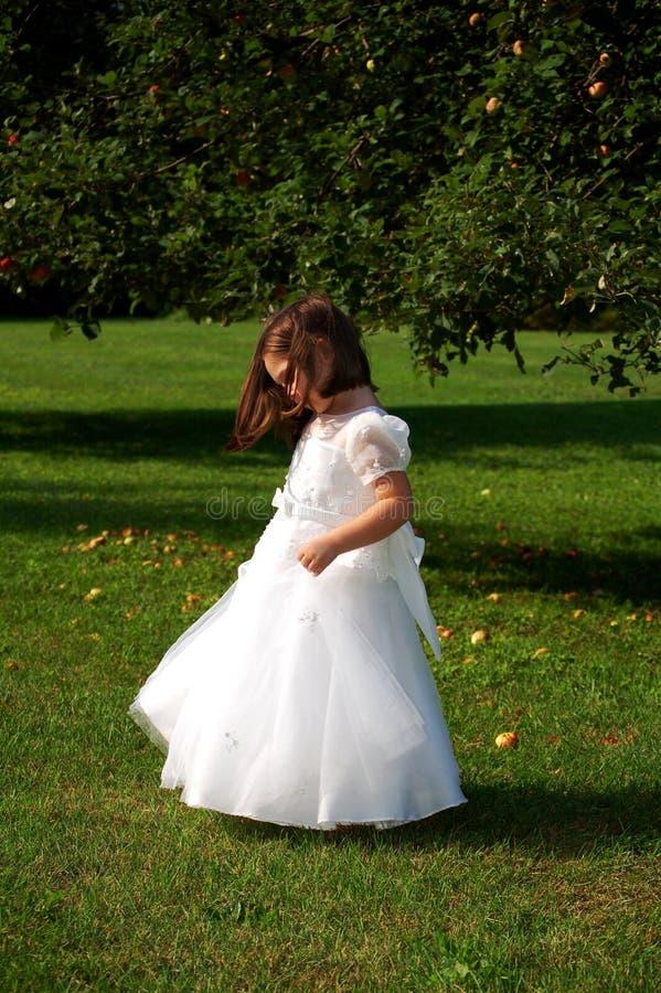 взгляд со стороны девушки цветка стоковая фотография