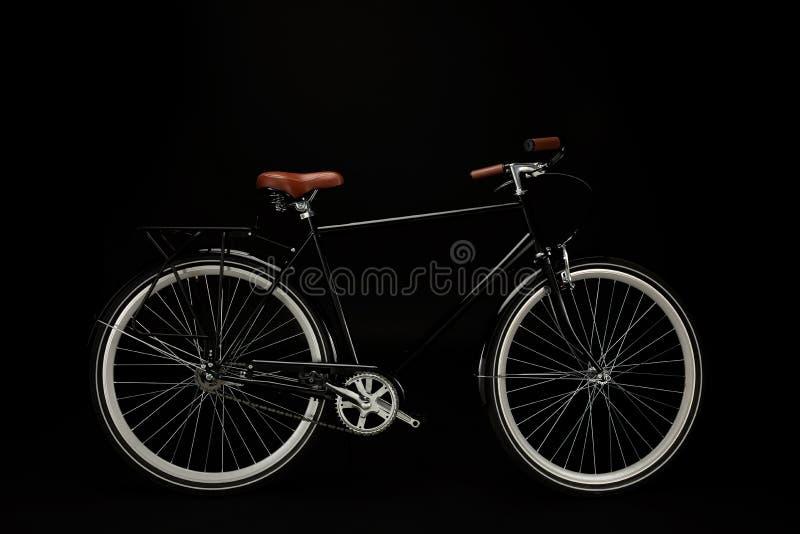 взгляд со стороны классического винтажного велосипеда изолированного на черноте стоковые фотографии rf