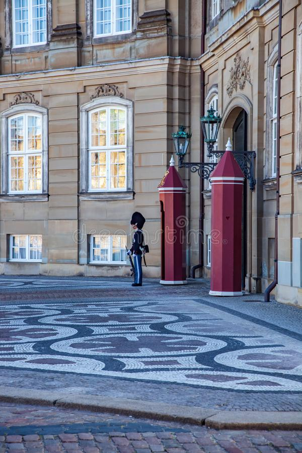 взгляд со стороны королевского попечителя защищая дворец Amalienborg стоковое фото rf
