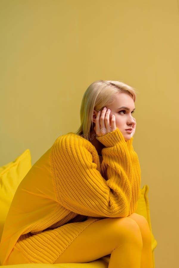 взгляд со стороны молодой белокурой женщины стоковое фото rf