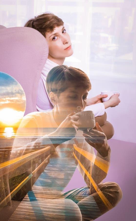 Взгляд со стороны молодой женщины сидя самостоятельно стоковое изображение