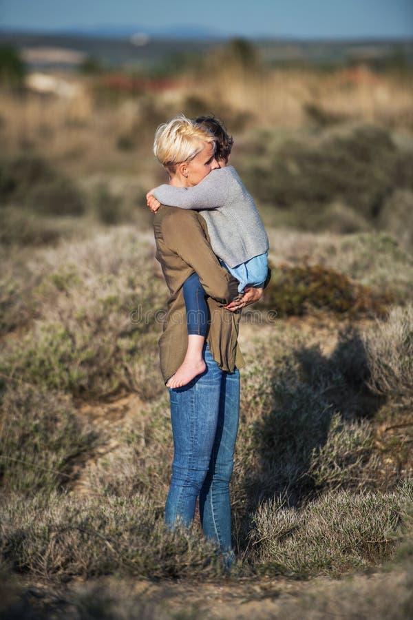 Взгляд со стороны молодой матери с небольшой дочерью в среднеземноморской природе стоковое фото rf