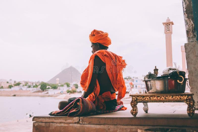 взгляд со стороны монаха в традиционный размышлять одежды стоковые фотографии rf