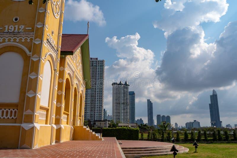 Взгляд со стороны на фронте красивой небольшой церков на предпосылке жилого дома и неба облаков стоковое фото