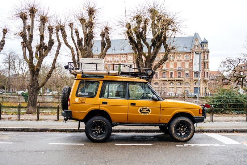 Взгляд со стороны нового винтажного желтого Land Rover Defende стоковое фото rf