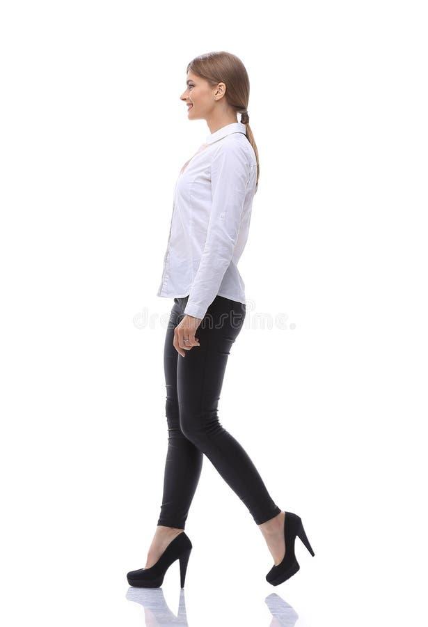 Взгляд со стороны Полностью рост уверенно молодая женщина двигает вперед уверенно стоковая фотография rf