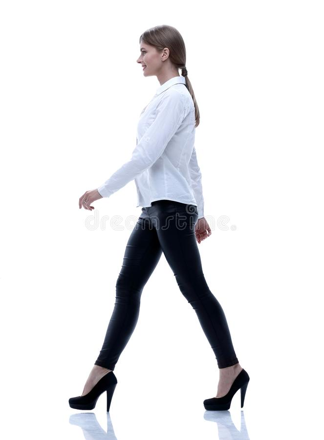 Взгляд со стороны Полностью рост уверенно молодая женщина двигает вперед уверенно стоковая фотография