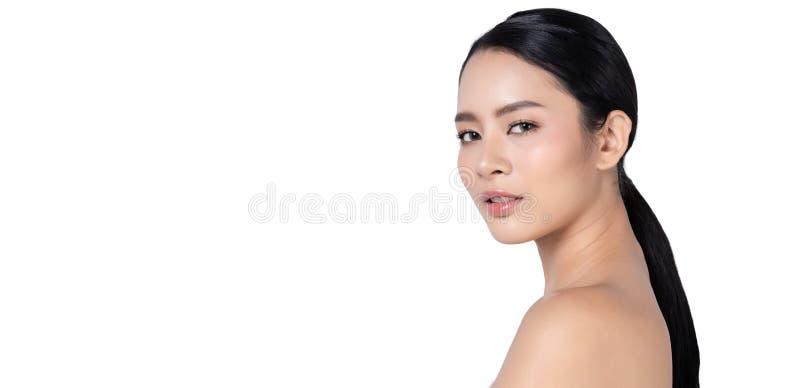 Взгляд со стороны портрета профиля крупного плана стороны женщины красоты азиатского смотря камеру изолированную на белом знамени стоковое изображение