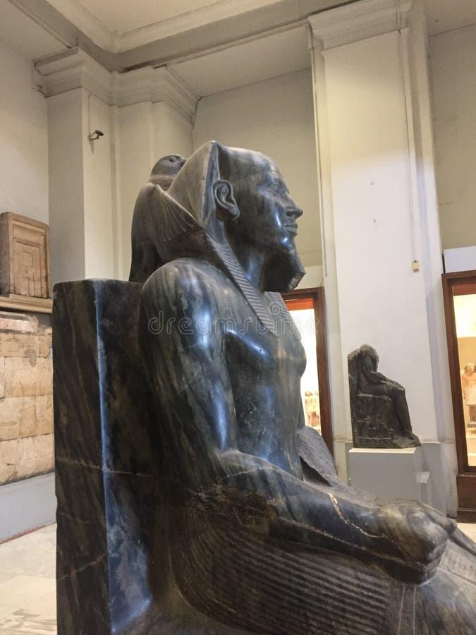 Взгляд со стороны построителя пирамиды династии статуи короля Khafra 4-ый стоковая фотография rf