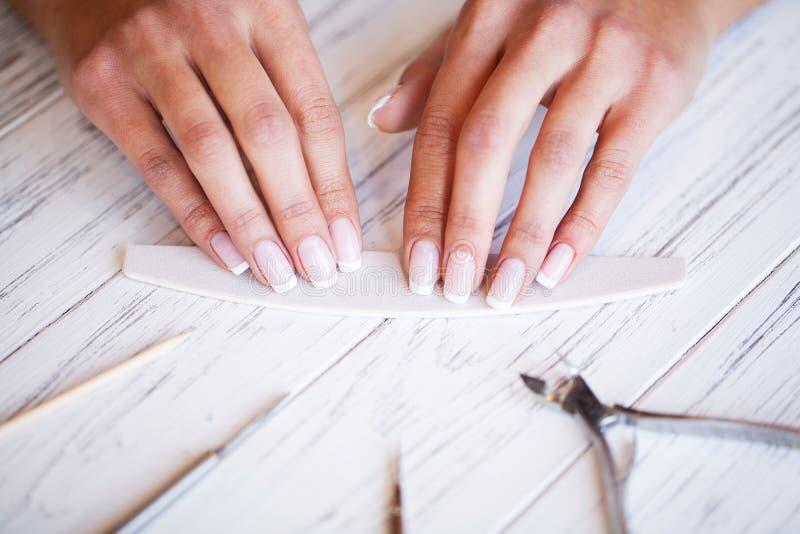 Новый маникюр Взгляд со стороны процесса маникюра в салоне Профессиональный manicurist снабжает обслуживание клиент стоковые фотографии rf