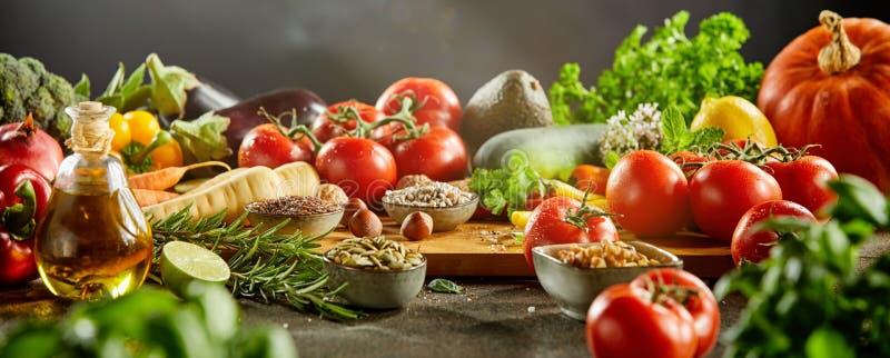 Взгляд со стороны разделочной доски покрытый едой стоковое фото