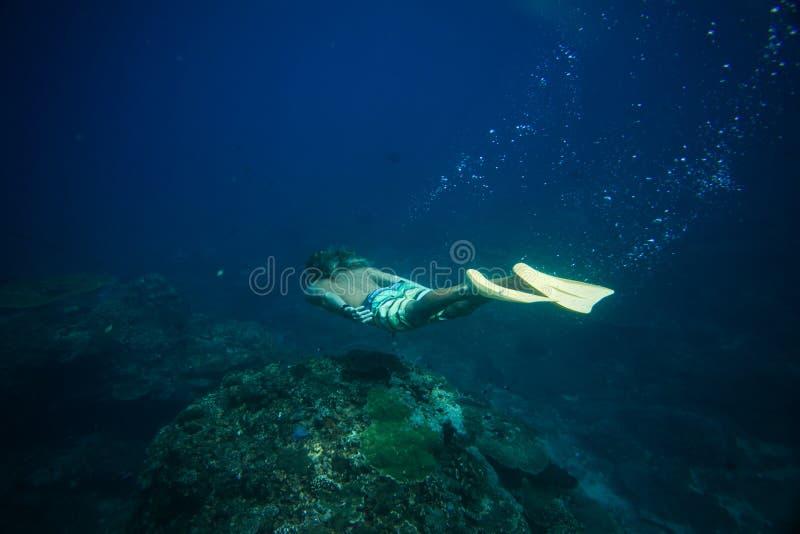 взгляд со стороны человека в флипперах ныряя в океане самостоятельно стоковые фотографии rf