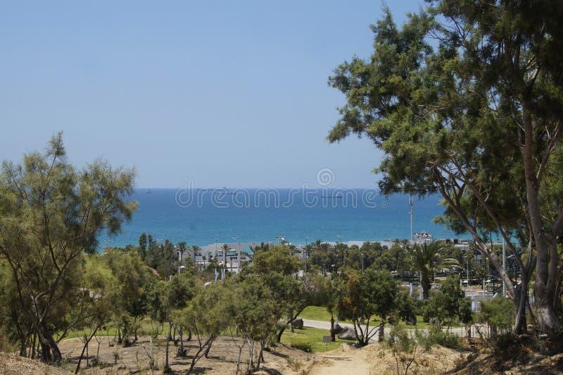 Взгляд Средиземного моря от парка стоковая фотография