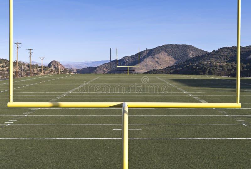 взгляд средней школы футбола поля стоковые изображения