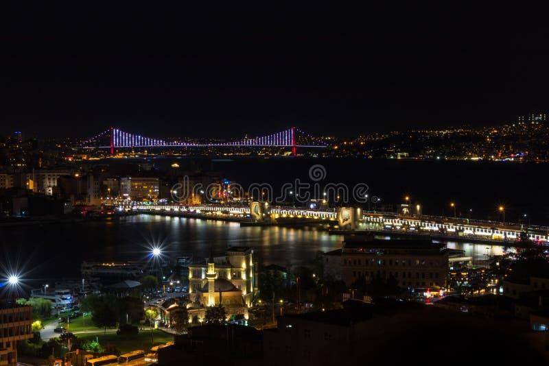 Взгляд Стамбула на ноче с мостом Bosphorus стоковые изображения rf