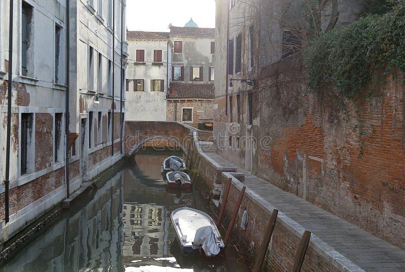 Взгляд старинных зданий и узкого канала в Cannaregio, Венеции стоковые изображения rf