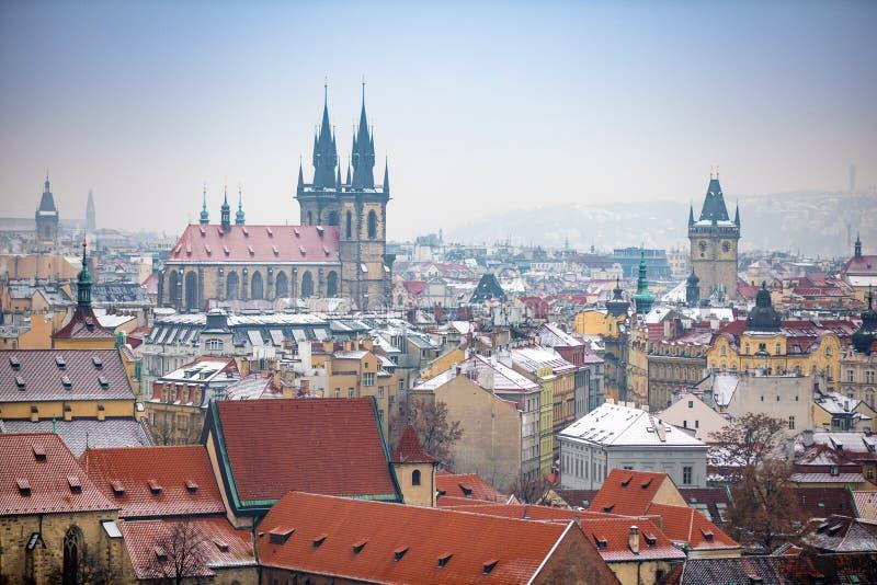 Взгляд старого города Праги городка в снежном туманном дне в зиме, чехии стоковое фото