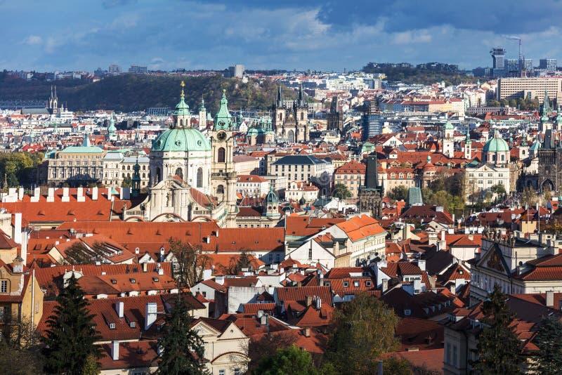 взгляд старого городка Праги с крыть черепицей черепицей крышами Прага стоковая фотография rf