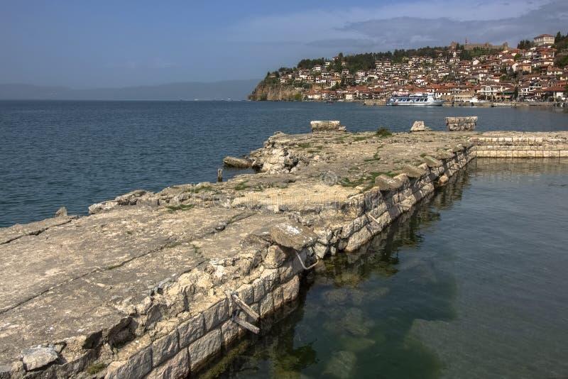 Взгляд старого живописного городка Ohrid от одного из каменных прудов озера Ohrid стоковые изображения rf