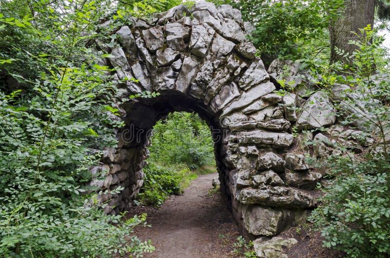 Взгляд старого покинутого rockery и камень сгабривают brushy с различным заводом в естественном старом западном парке стоковая фотография