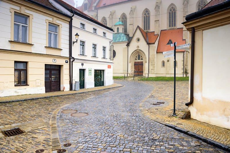 Взгляд старой вымощенной улицы в историческом центре водя к церков St Nicholas Znojmo, чехия, южная Моравия, e стоковое фото
