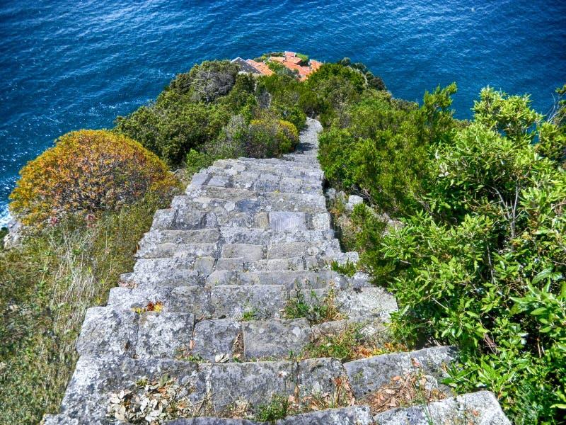 Взгляд старой каменной лестницы водя к Monesteroli, малой деревни рыболовов в провинции Spezia Ла, около Cinque Terre, Ital стоковые изображения