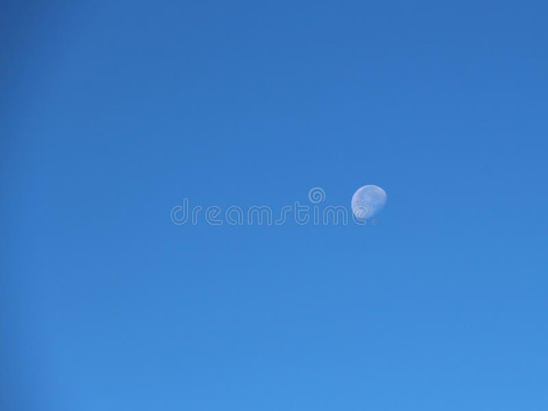 Взгляд старой луны в небе дневного времени стоковое фото rf