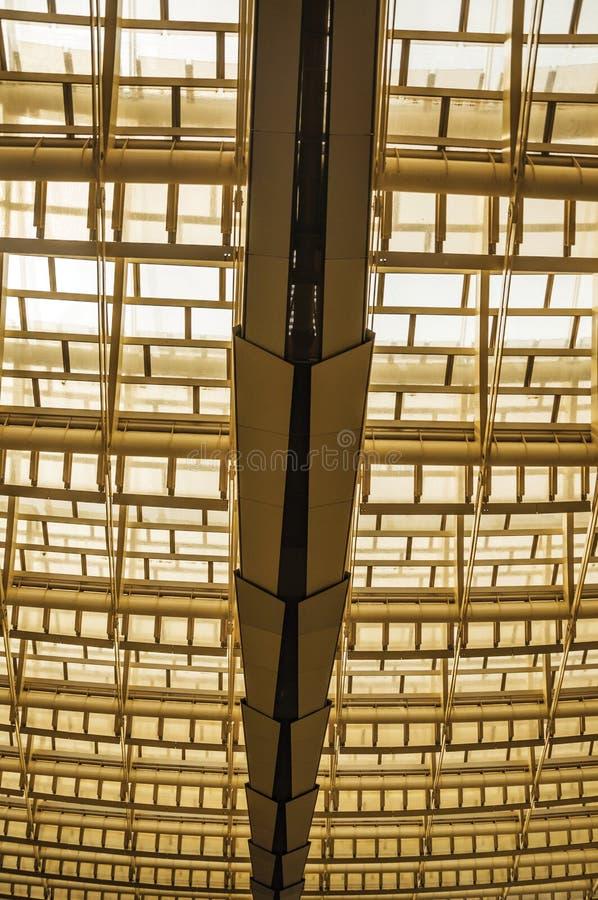 Взгляд стеклянной и стальной структуры потолка в торговом центре формируя абстрактную картину в Париже стоковые изображения