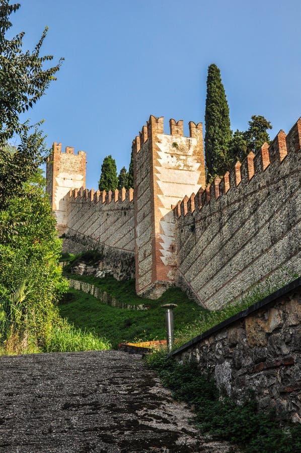 Взгляд стен Della Scala которые окружают городок Soave, Италии стоковое фото
