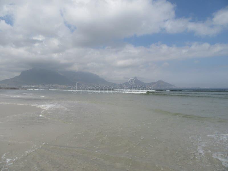 Взгляд Столовой горы от пляжа лагуны стоковое фото rf