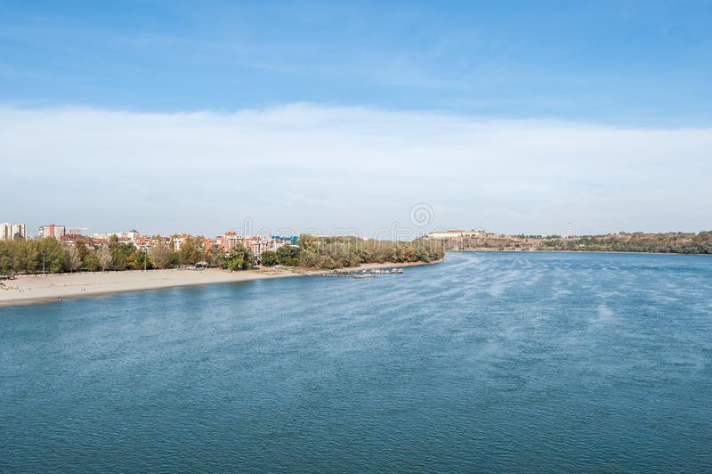 Взгляд стренги пляжа крепости и города Дуная Petrovaradin Novi грустной Сербии с голубым небом выше на солнечный день осени стоковое изображение rf
