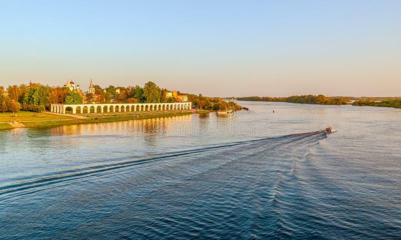 Взгляд суда Yaroslav от footbridge через реку Volkhov Veliky Новгород E стоковые изображения rf